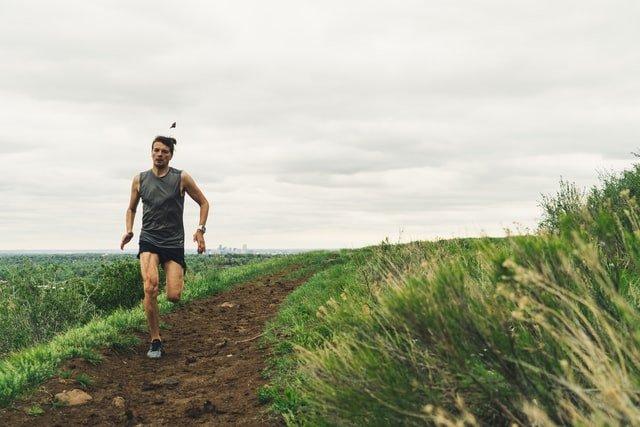 hombre corriendo por el campo, está enforma porque hace Pilates para runners