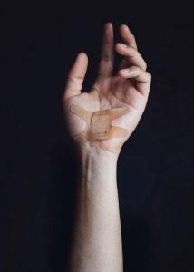 lesión en la mano causada por una patología de tunel carpiano