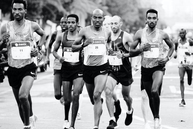 corredores haciendo una carrera y necesitan fortalecer los isquiotibiales