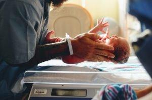 bebe recién nacido por cesárea