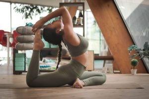 mujer embarazada practicando yoga