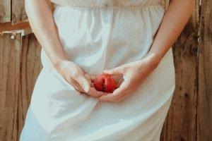 mujer sujetando una fruta para simbolizar su suelo pélvico que sufre dispareunia