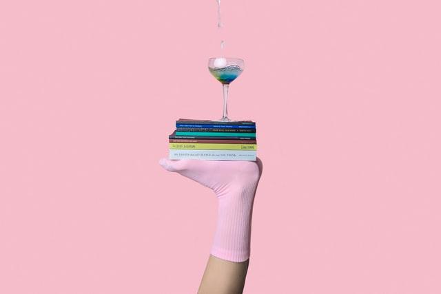 pie sujetando unos libros en equilibrio para simular la propiocepcion