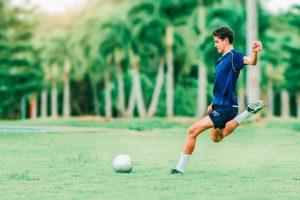 Jugador de futbol haciendo un golpeo de balón