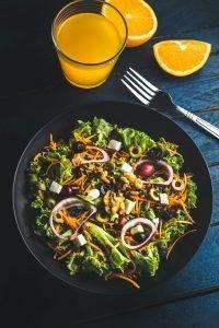 comida y bebida sana sobre la mesa para la operacion bikini