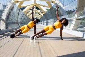 dos chicas haciendo pilates para principiantes