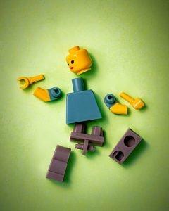 piezas de un juguete que imitan las lesiones deportivas más frecuentes