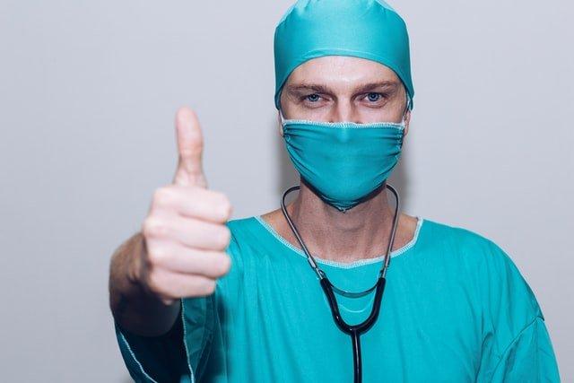 Doctor que ha operado satisfactoriamente a un deportista de la rodilla